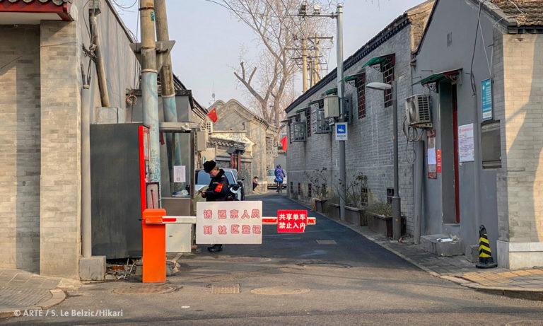 """Filmstill aus """"China-Tagebuch in Quarantäne: Blick auf eine geschlossene Schranke"""