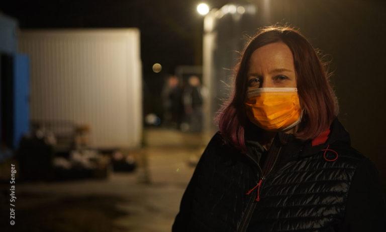 """37 Grad: Filmstill aus """"Helfen in der Corona-Krise"""": Foto einer Frau im Freien bei Dunkelheit (© ZDF / Sylvia Senger)"""