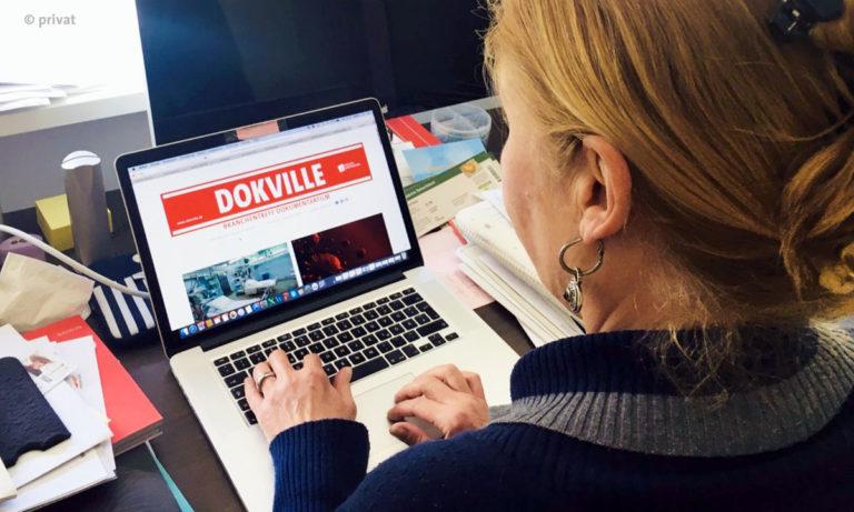 Foto von Astrid Beyer, Kuratorin von Dokville im Homeoffice (© privat)