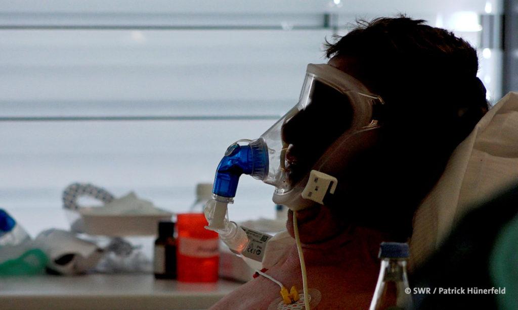 """SWR """"betrifft"""": Foto eines beatmeten Patienten (© SWR / Patrick Hünerfeld)"""