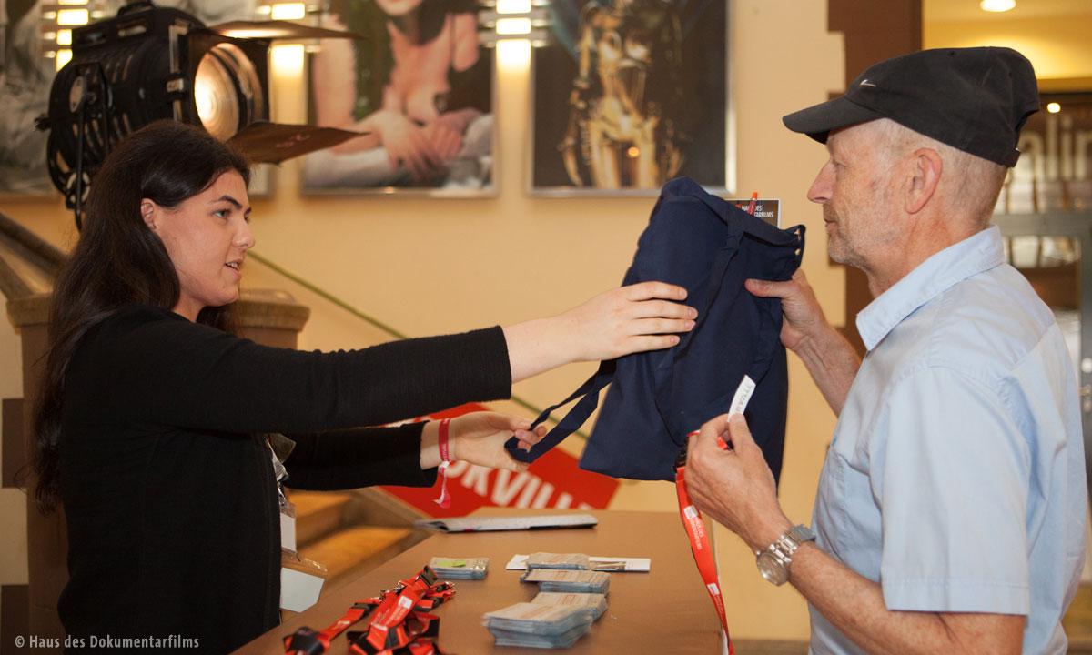 Ausgabe der Stofftaschen bei DOKVILLE (Foto: Haus des Dokumentarfilms)