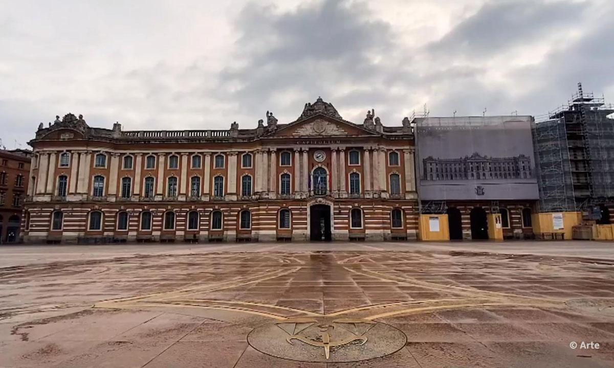 """Filmstill aus """"Das Corona Journal Toulouse"""" von Arte mit dem menschenlehren Place du Capitole, © Arte"""
