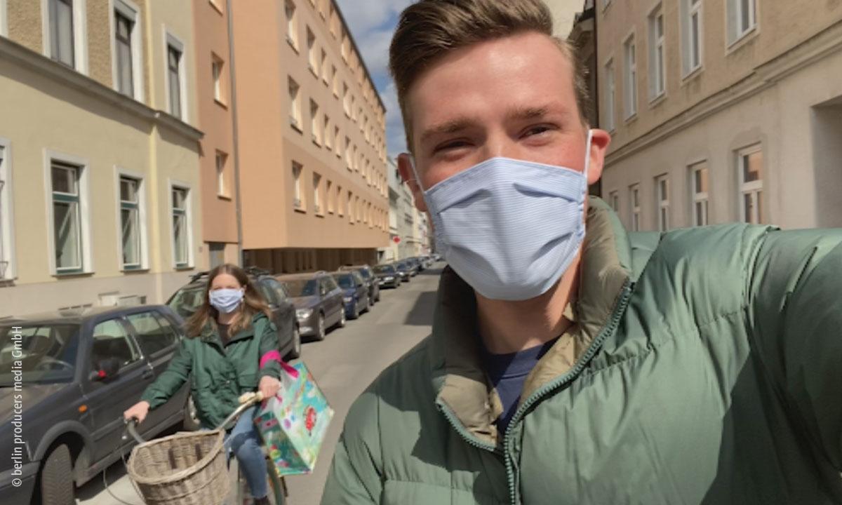 Foto von jungem Mann mit Maske unterwegs in Wien (© berlin producers media GmbH)