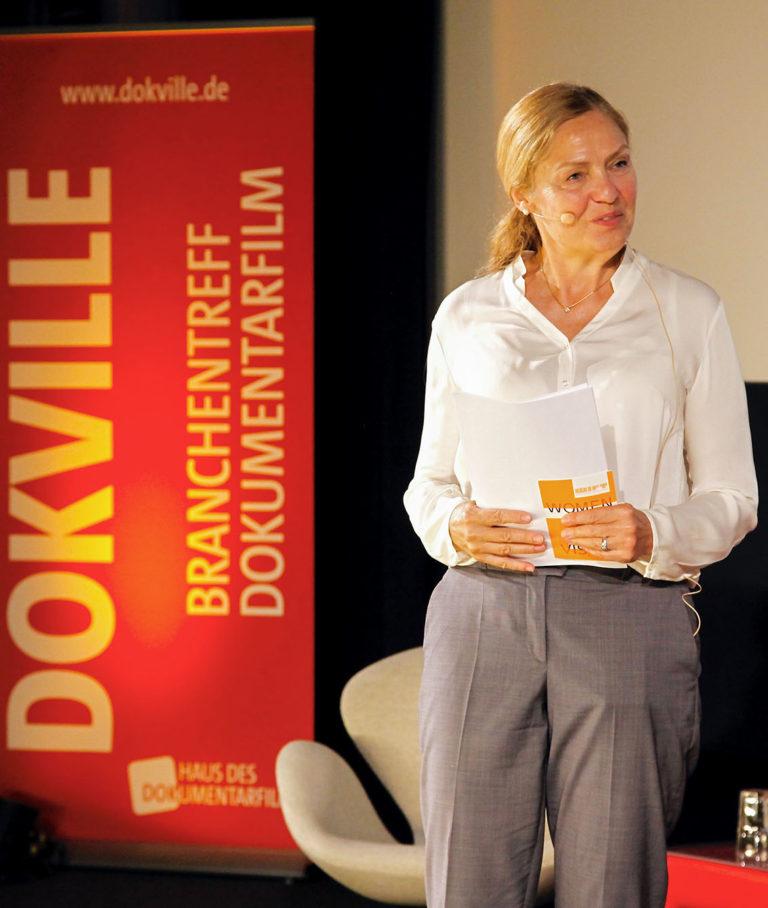 DOKVILLE Kuratorin Astrid Beyer bei der Moderation des Branchentreffs 2019 (Foto: Günther/Ahner HDF)
