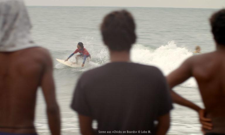 """Filmstill aus """"Chicks on Boards"""": Blick aufs Meer (© Labo M.)"""