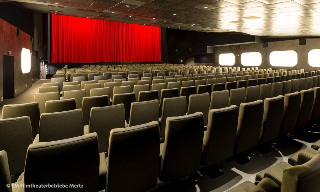 Gloria Kino Stuttgart, Innenansicht mit leeren Kinoreihen & Leinwand (by EM Filmtheaterbetriebe Mertz Stuttgart)