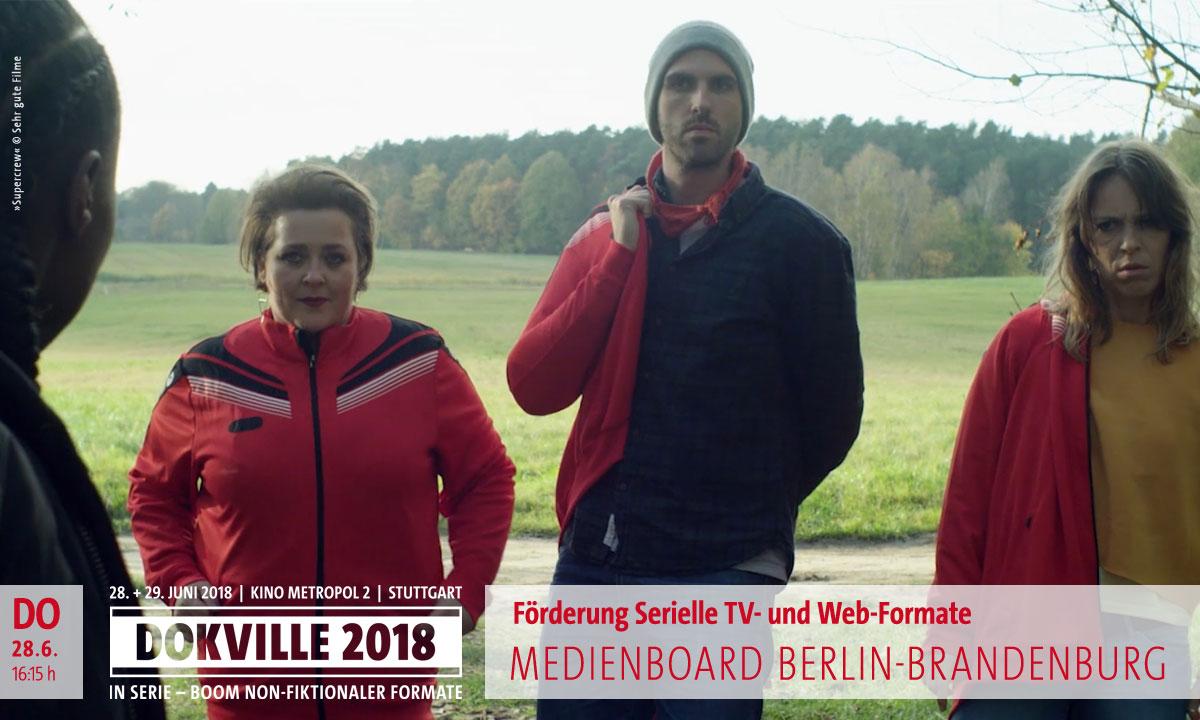 """DOKVILLE 2018: Medienboard Filmförderung – Filmstill aus """"Supercrew"""": Zwei Frauen und ein Mann in Trainingsanzügen vor einem Feld (© Sehr gute Filme)"""