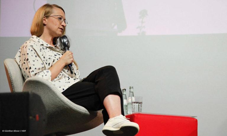 Foto von Maxi Droste beim Mediatheken-Panel auf der Bühne (Foto: Günther Ahner/HDF)