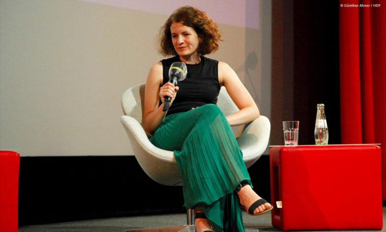 Foto von Sophie Burkhardt vom ZDF auf der Bühne von DOKVILLE 2021 (Foto: Günther Ahner/HDF)