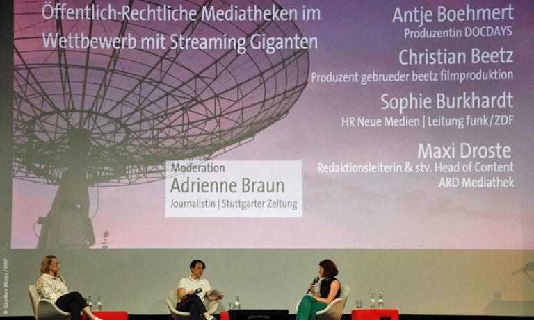 """Foto von Diskussionsteilnehmenden beim Panel """"Öffentlich-rechtliche Mediatheken im Wettbewerb mit Streaming-Giganten (Foto: Günther Ahner/HDF)"""