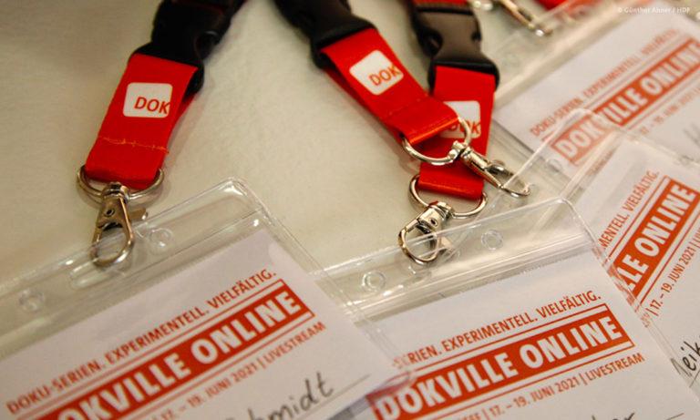 Die DOKVILLE-Namensschilder unserer Mitarbeitenden © Günther Ahner/HDF