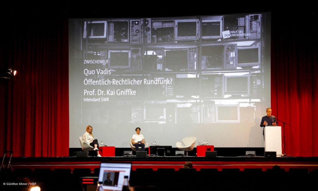 """Prof. Dr. Kai Gniffke spricht bei DOKVILLE 2021 zum Thema """"Quo Vadis - Öffentlich-Rechtlicher Rundfunk?"""" © Günther Ahner/HDF"""