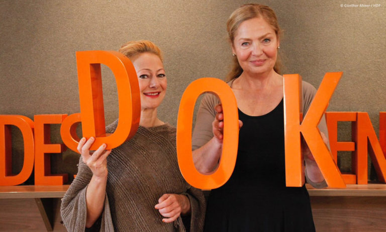 DOKVILLE-Kuratorin Astrid Beyer (rechts) mit Moderatorin Dörthe Eickelberg, die das Gespräch mit Zamarin Wahdat führte. Beide waren natürlich getestet. © Günther Ahner/HDF