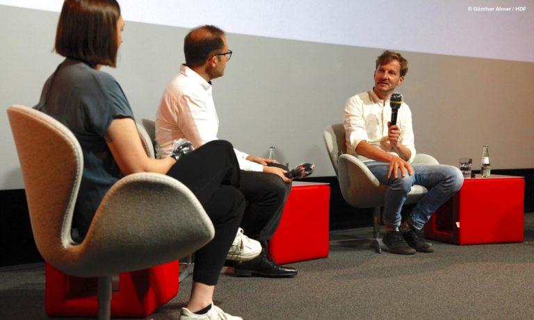 """Alina Cyranek, Max Schmierer und Falk Schuster beim Panel zu """"Hotel Astoria"""" © Günther Ahner/HDF"""