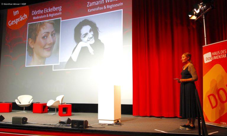 DOKVILLE-Kuratorin Astrid Beyer kündigt das Gespräch zwischen Zamarin Wahdat und Dörthe Eickelberg an © Günther Ahner/HDF
