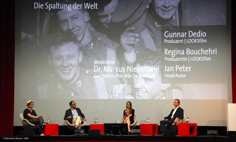 """Jan Peter, Markus Nievelstein, Regina Boucheri und Gunnar Dedio (v.l.n.r.) auf dem Panel zu """"Spaltung der Welt"""" bei DOKVILLE 2021 © Günther Ahner/HDF"""