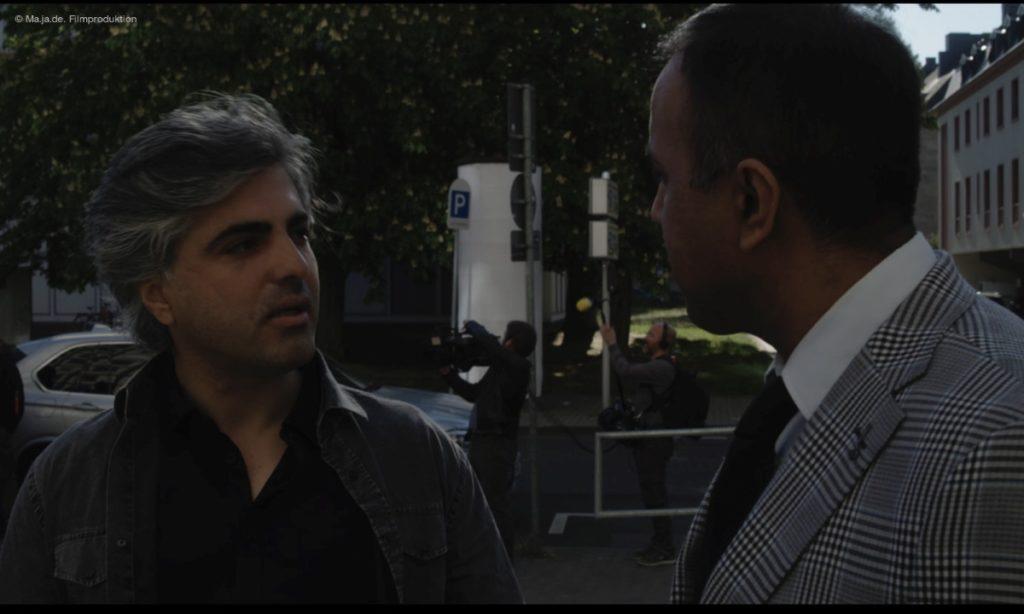 """Filmstill aus """"Im Kleinformat"""": Feras Fayyad und Anwalt Anwar Albuni © Ma.Ja.De. Filmproduktion"""