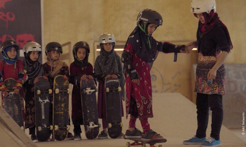 Filmstill aus Learning to Skateboard in a Warzone Oscar-Gewinner Zamarin Wahdat