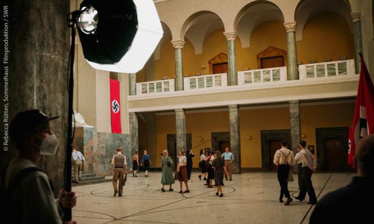 Ich bin Sophie Scholl, Szenisch: mehrere Menschen im Foyer der Universität (Rebecca Rütten, Sommerhaus Filmproduktion, SWR)