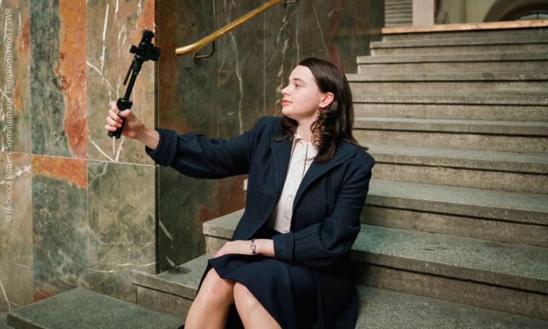 Ich bin Sophie Scholl, Szenisch: Sophie mit Selfiestick und Handy (Rebecca Rütten, Sommerhaus Filmproduktion, SWR)