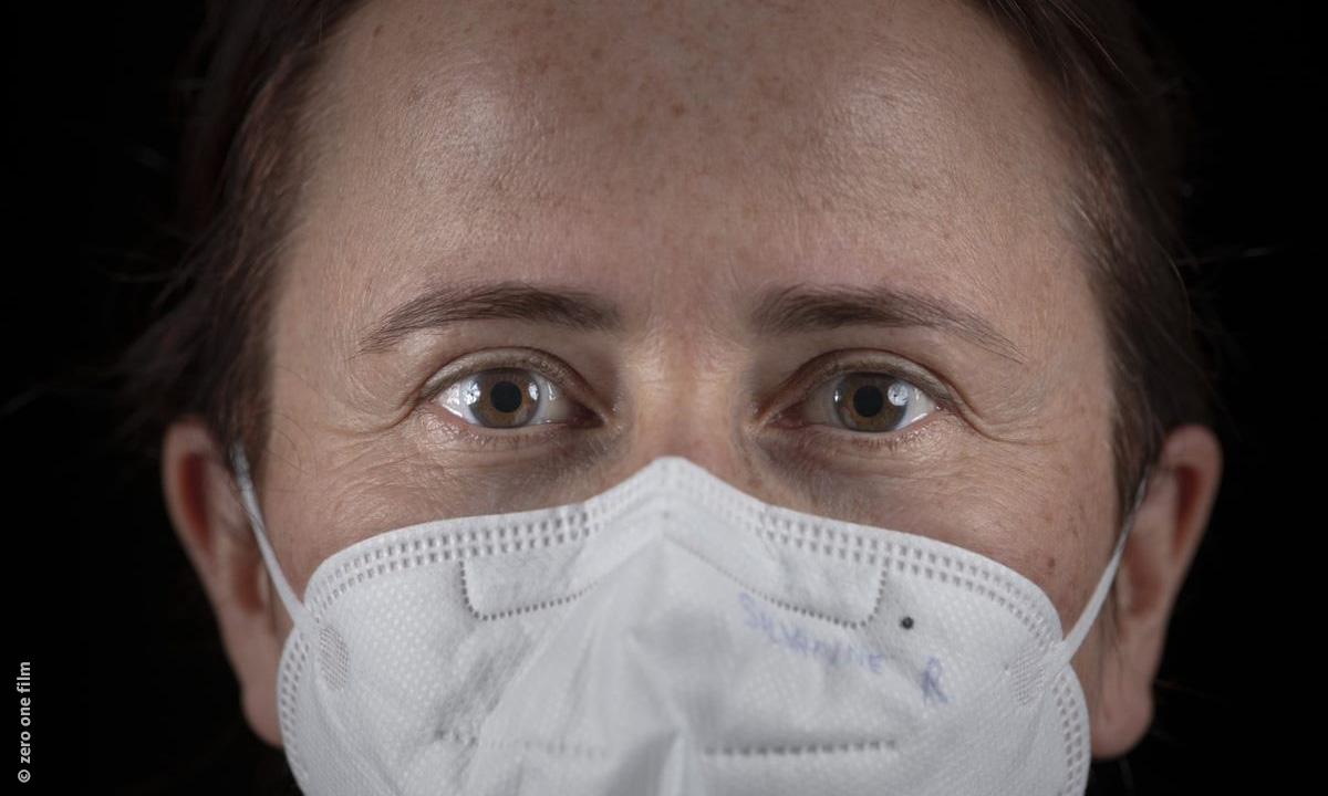Keyvisual Schockwellen - Ärztin Susanne mit FFP2 Maske (by zero one film)