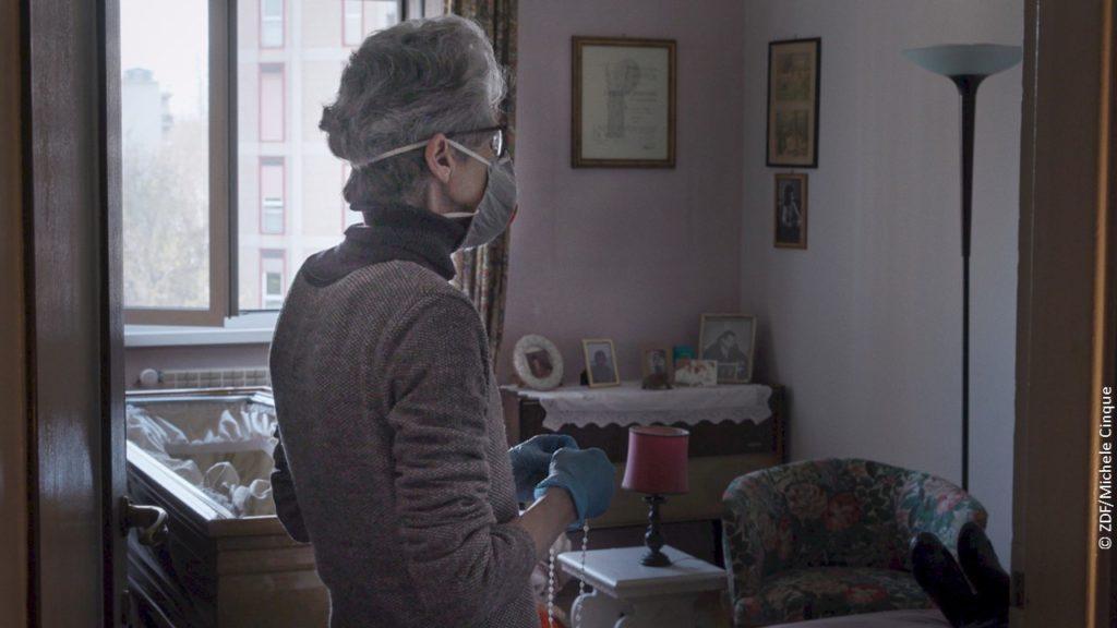 Altenpflegerin in Rom in Doku Die Welt jenseits der Stille über die Corona-Pandemie