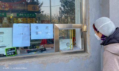 """Filmstill aus """"China-Tagebuch in Quarantäne"""": Einkauf über kleines Fenster"""