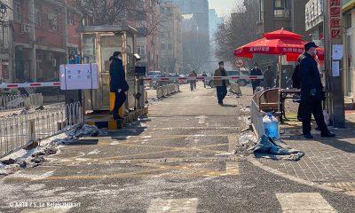 "Filmstill aus ""China-Tagebuch in Quarantäne"": Straße mit Kontrollpunkt"